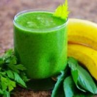 Зелёное смузи из сельдерея ананаса и банана