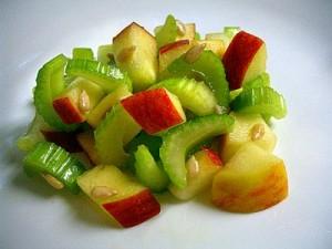 Салат со стеблевым сельдереем и фруктами